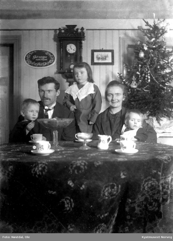 Ukjent familie ved kaffebordet i jula