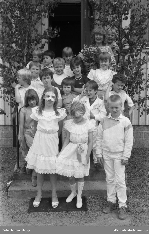 """Skolavslutning på Hällesåkersskolan i Lindome, år 1984. """"Samtliga elever och deras fröken samlade utanför skolan.""""  För mer information om bilden se under tilläggsinformation."""