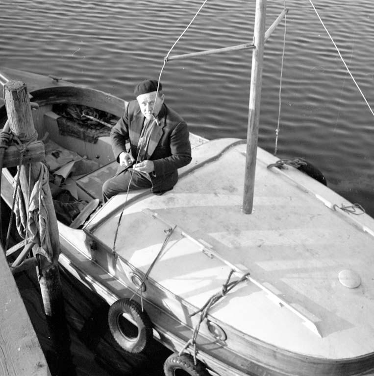 """Enligt notering: """"Båtar i hamnen först båten i sjön 4/4 -60""""."""