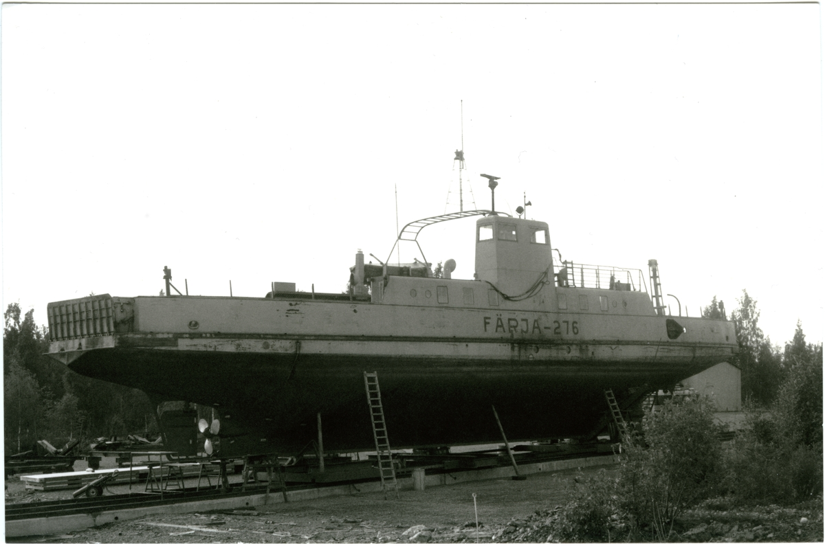 Fartyg: FÄRJA 61/276                  Bredd över allt 8,73 meterLängd över allt 36,78 meterReg. Nr.: 10983Rederi: Statens VägverkByggår: 1961Varv: AB Åsiverken, ÅmålÖvrigt: ex EOS III, 1969 FÄRJA 61/276, 1974 DUNKER, 1984 DUNCKER