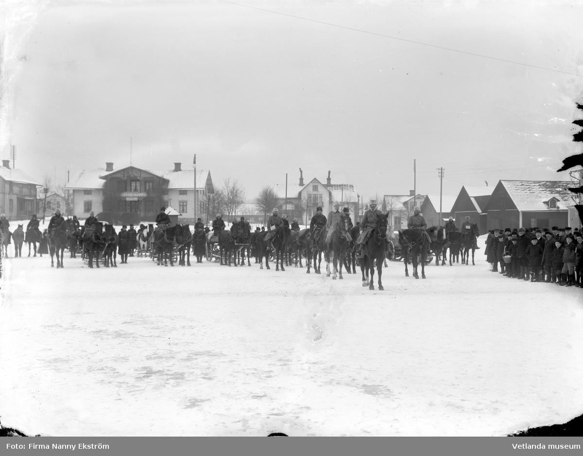 Beriden militär på Vetlanda torg. I bakgrunden syns järnvägshotellet (senare stadshotellet).