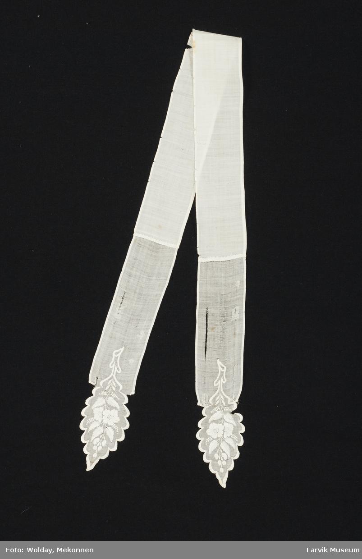Form: hvit batist,finere kvalitet i endene som har hvitsøm, kortenden er bladformet med buer i knapphullsting