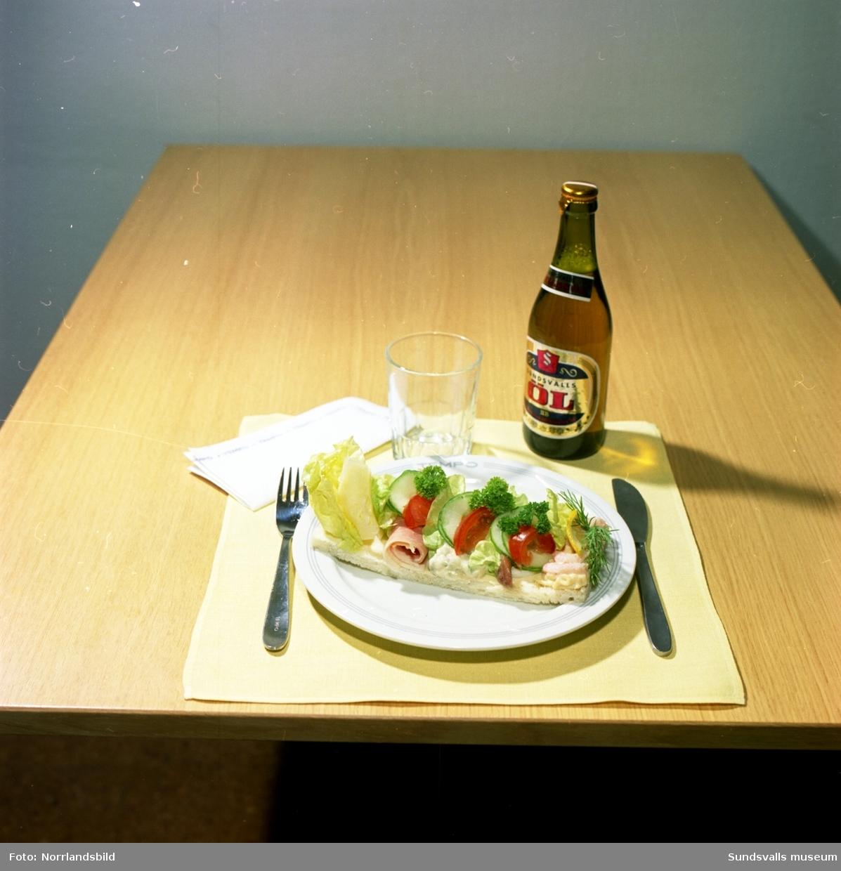 Fröken Johansson frestar med landgång och smörgåstårta från kallskänken på Tempo.