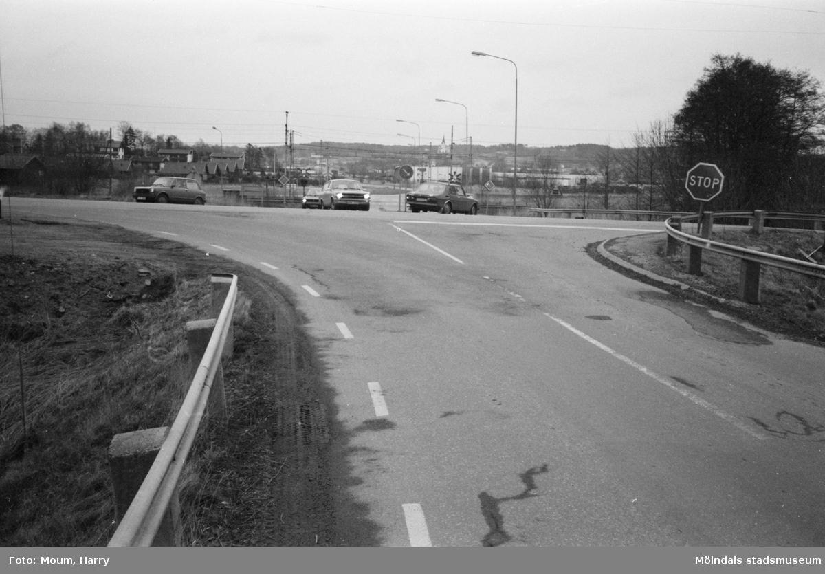 """Farlig vägkorsning i Lindome, år 1983. Vy från Spårhagavägen över Gamla Riksvägen mot Industrivägen. """"Korsningen i Lindome är farlig och bör åtgärdas.""""  För mer information om bilden se under tilläggsinformation."""