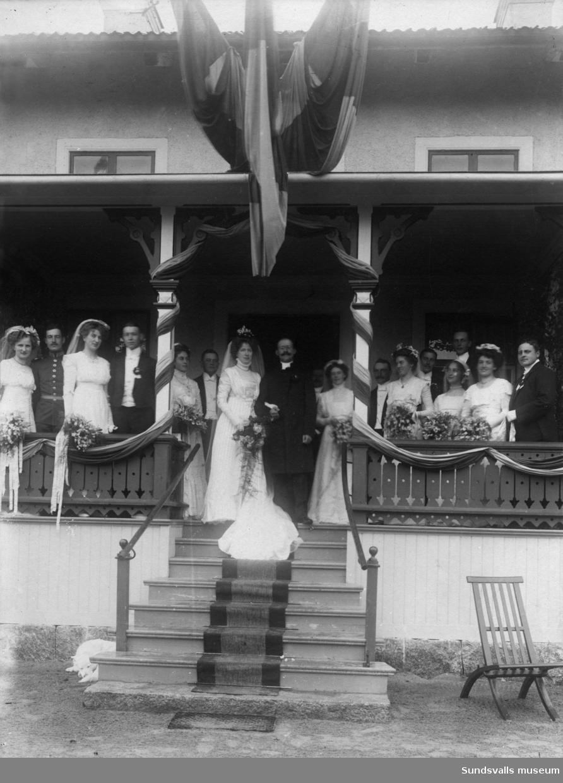 Brudpar med bröllopsfölje. Anna Huss och Oscar Svedbergs bröllop i Torps kyrka 1909. 7 par tärnor ock marskalkar. Oscar Svedberg blev senare präst i Ådalen. Anna Huss var vän till familjen Ekvall.