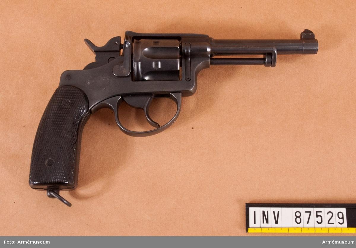 Schweizisk revolver i svart schatull klätt med röd sammet, med tillhörande skruvvektyg.