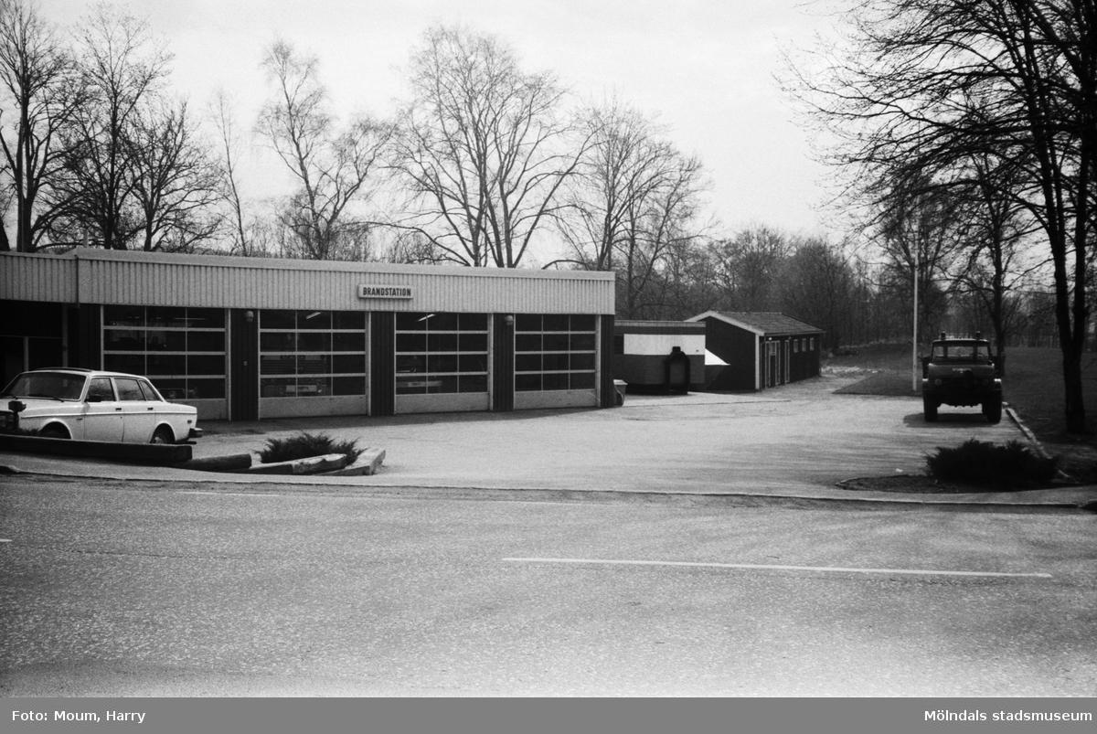 Lindome Hembygdsgille anordnar sockenvandring i Lindome, år 1983. Lindome brandstation sedd ifrån Östra Lindomevägen.  För mer information om bilden se under tilläggsinformation.