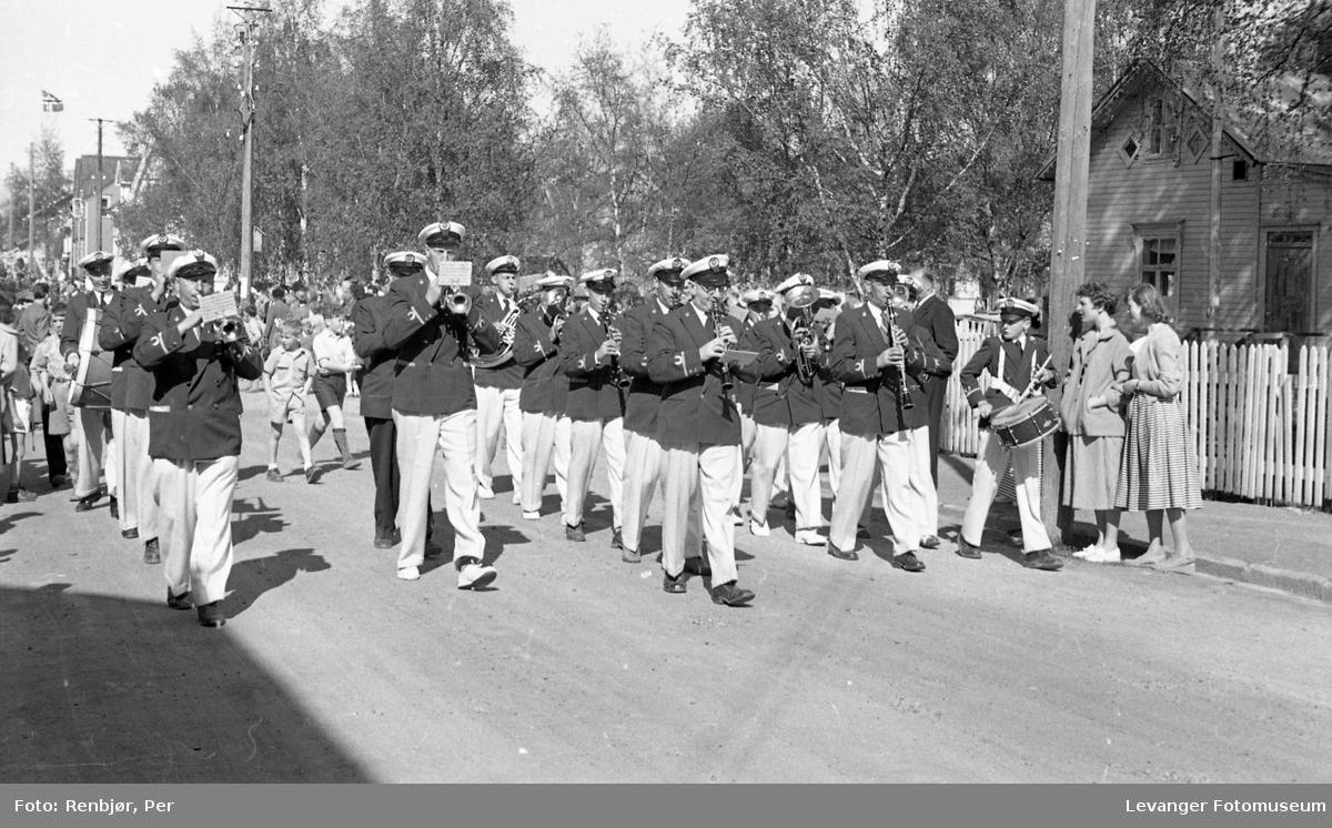 Barnas dag, Levanger, korpset spiller og marsjerer.