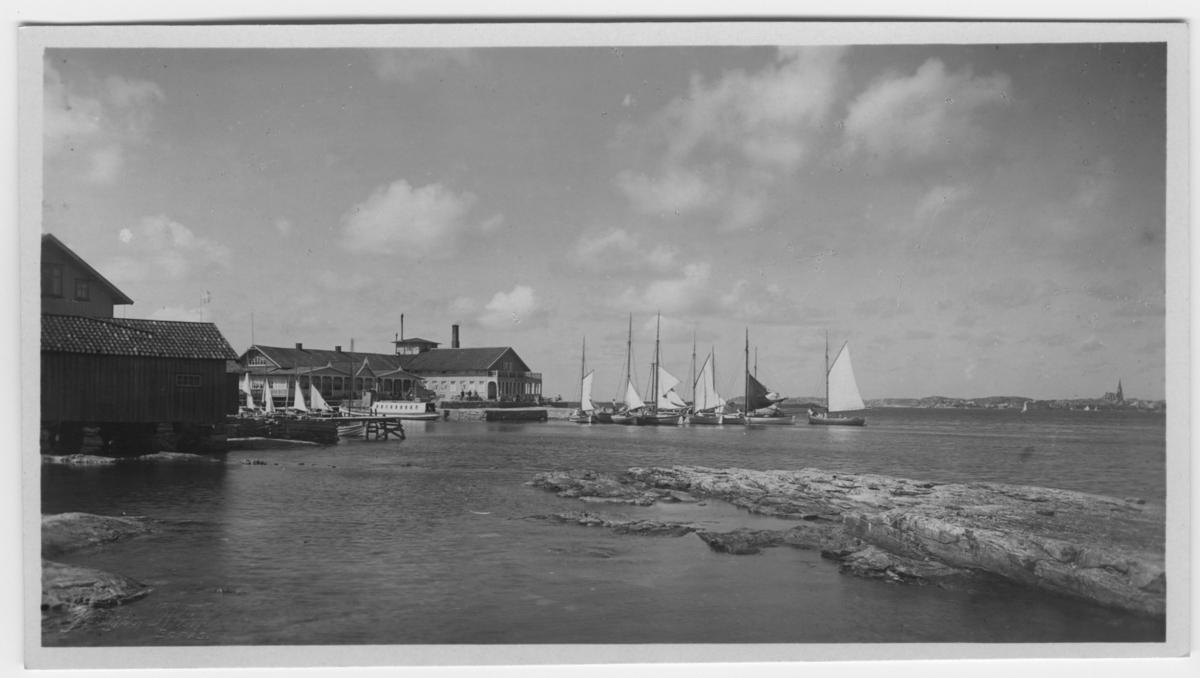 'Restaurangen och ångbåtsbryggan. Vy med havet. Segelbåtar. Hus. Brygga, Kyrka. Skär. ::  :: Serie fotonr 1888-1963.'