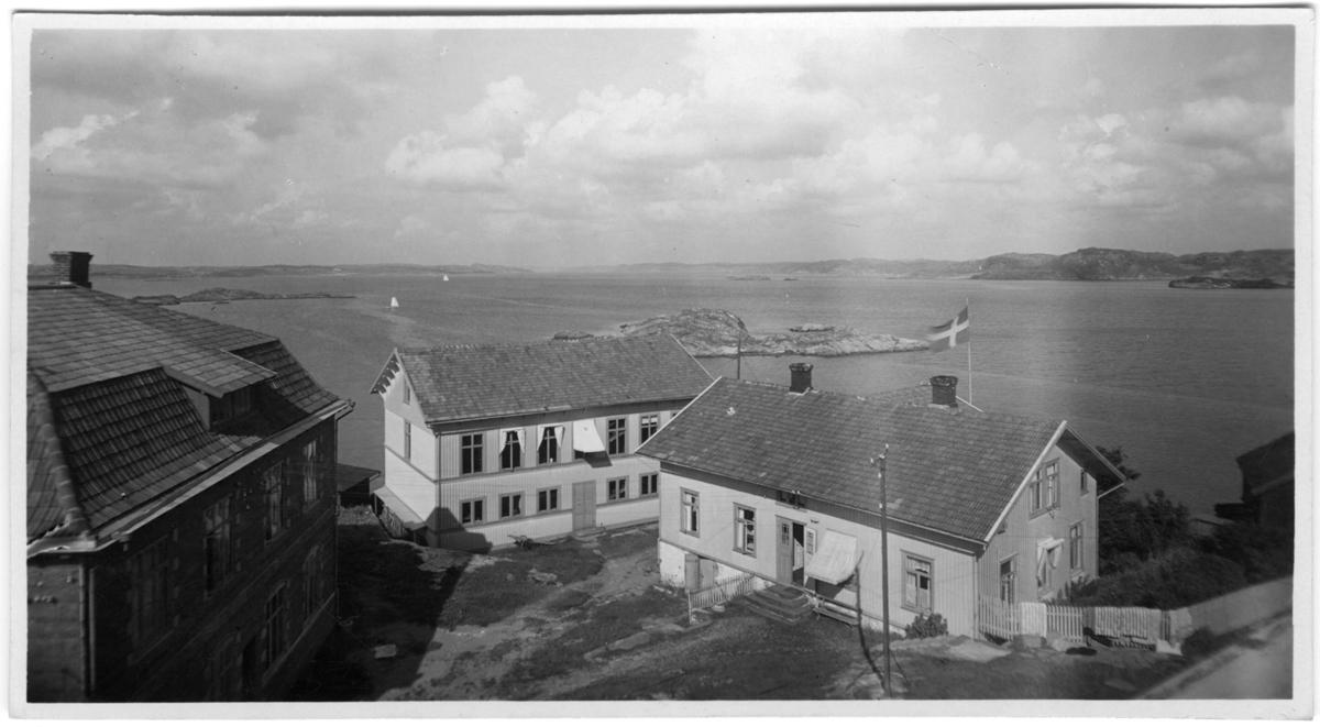 'Kristineberg från vattentornet. Vy ut mot havet. Segelbåtar på avstånd. ::  :: Serie fotonr 1888-1963.'