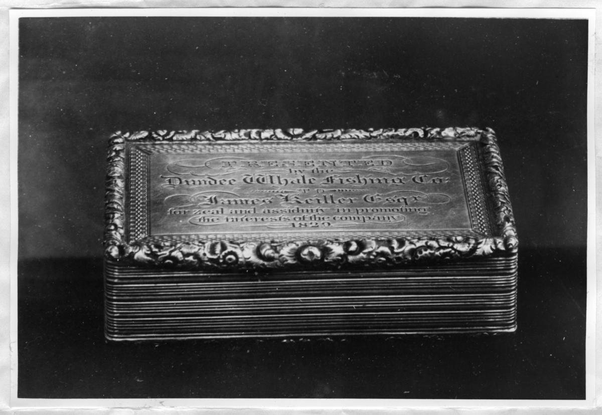 1 silversnusdosa till James Keiller (1759-1846) år 1829. Brev med mera information finns tillsammans med fotot.
