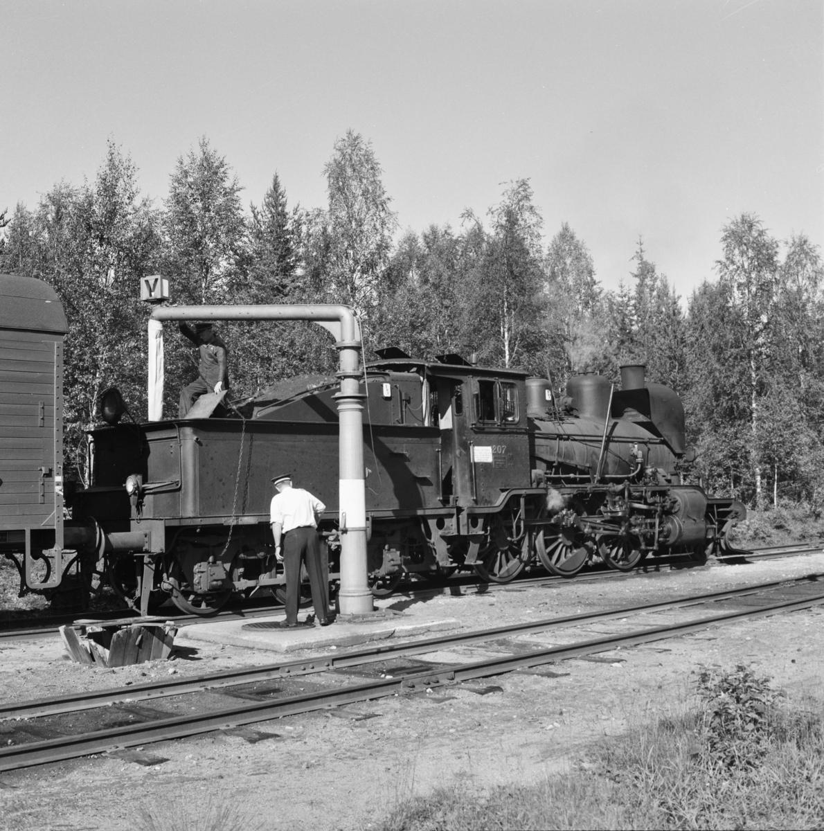 Vannfylling på damplokomotiv 21e nr. 207 på Lampeland stasjon.