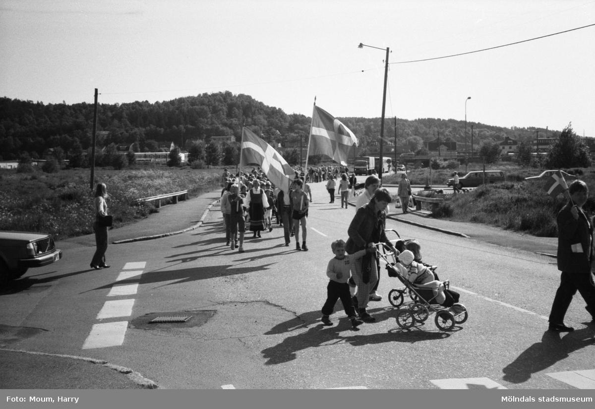 Nationaldagsfirande i Kållered, år 1983. Festtåg på Labackavägen.  För mer information om bilden se under tilläggsinformation.