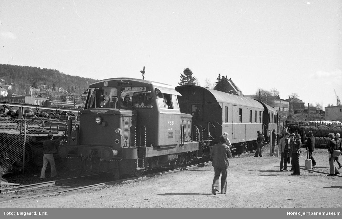 Utfluktstog for Norsk Jernbaneklubb ved Kværner Brug - med skiftetraktor Skd 221 148