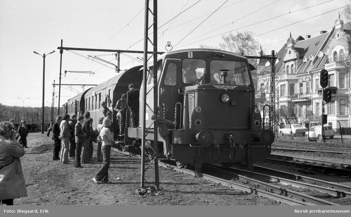 Utfluktstog for Norsk Jernbaneklubb på Oslo V - med skiftetraktor Skd 221 148
