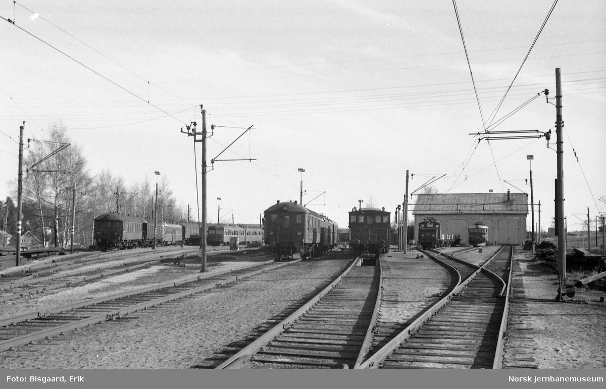 Oversiktsbilde fra Ski stasjon med lokomotivstallen