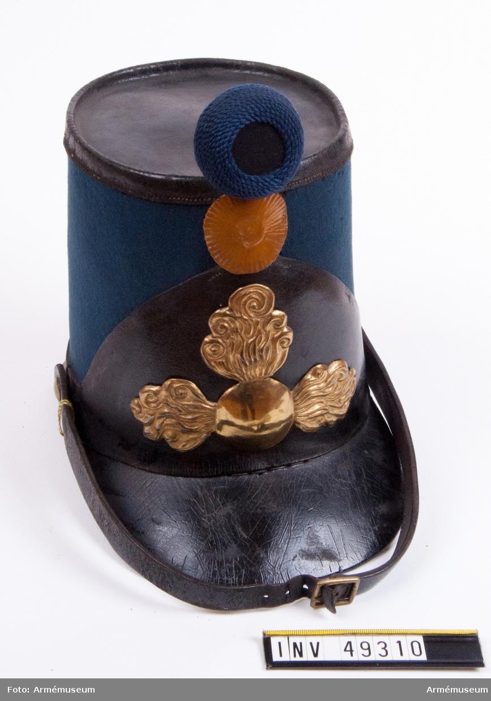 Grupp C I.  Generalorder 12/7 1847. Ur paraduniform för manskap vid Fyrverkarkåren 1845-73.  Består  av vapenrock, byxor, spännhalsduk, paradmössa, mössa, livgehäng,  stövlar samt sporrar.  Av ljusblått kläde med skärm och beslag av svart lackerat läder.   Dessutom försedd med tre mässingsgranater, kokard av gulmålad pressad papp samt pompong av svart kläde och blått ullgarn.