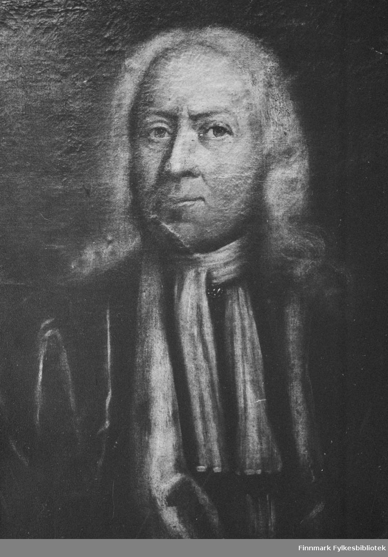 På bildet ser vi Niels Knag (11.5.1661-19.5.1737).Født i Vågnes Sunnmøre. Død i Bergen. Sorenskriver i Finmarken 1685,fogd 1688 til 1695 da han  ble lagmann i Bergen. Adlet 1721 med navnet Knagenhjelm. Justisråd 1733. Har skrevet bl.a.: Beskrivelsen om min reise til Malmis ( trykt i Danske Magasin 1751) Øst-Finmarkens beskrivelse (trykt i Finnmark omkring 1700) Matricul oc Beskrifuelse ofuer Findmarchen 1694 (trykt i Finnmark omkring 1700).