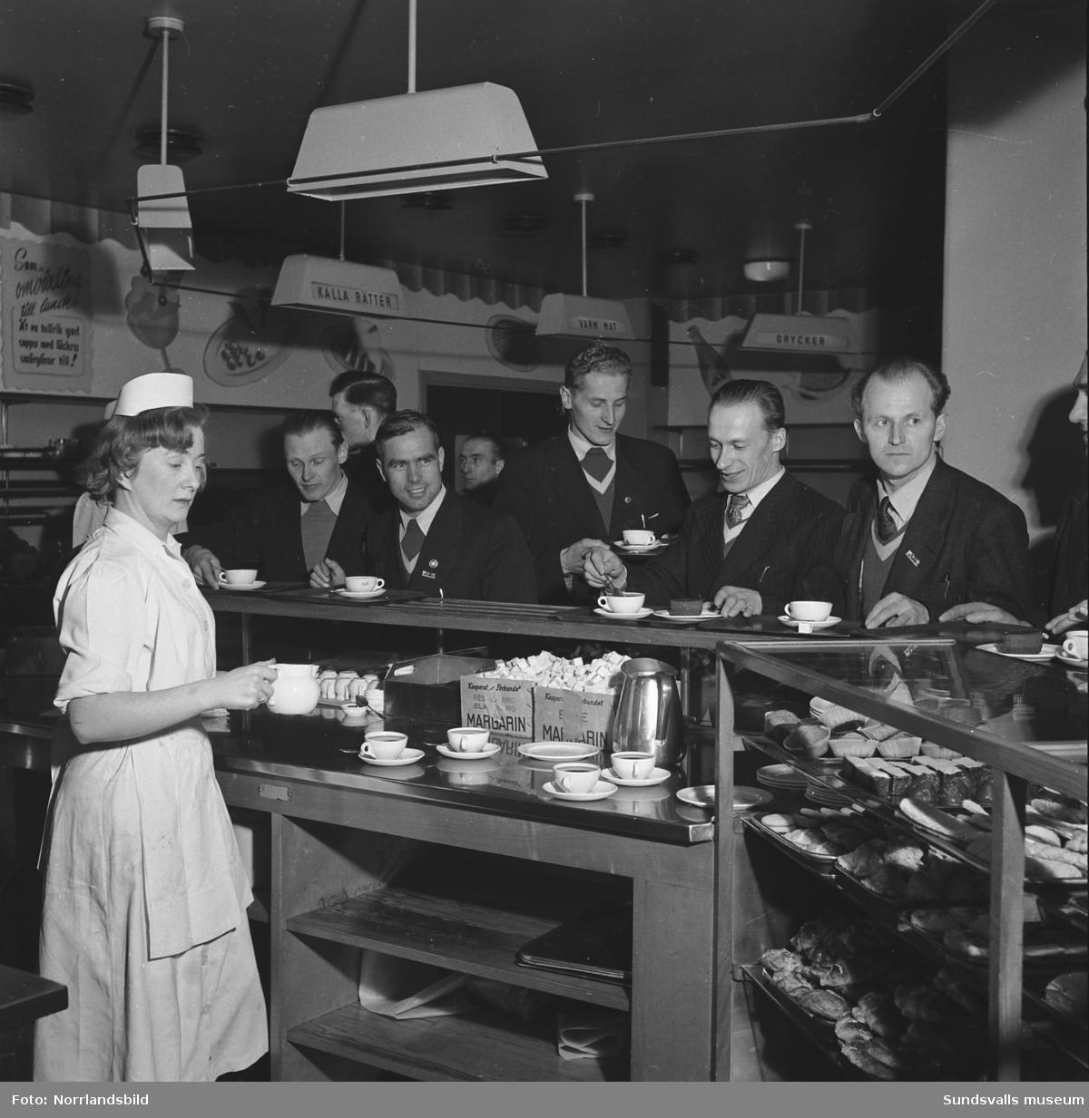 Svenska skidspelen 1951 avgjordes i Sundsvall. Den finska truppen har anlänt och passar på att ta en fika på KPS självservering.