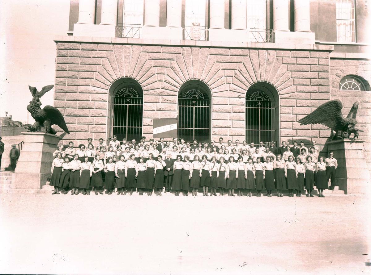 Eksteriør - Gruppebilde - AUF foran rådhuset.
