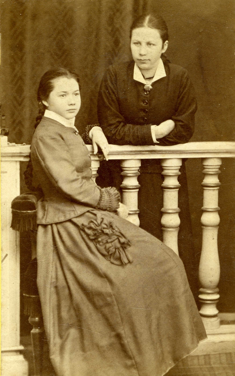 Portrett - To unge damer.