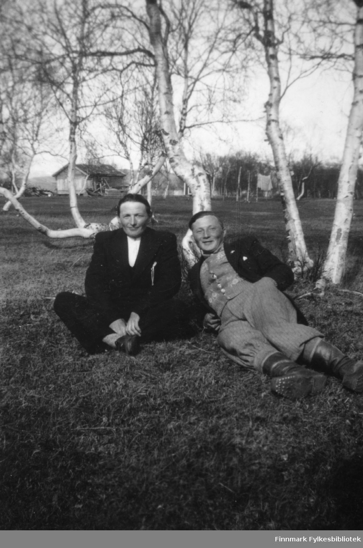Fredrik Josefsen og Johannes Nymo sitter på bakken i Ildskog under krigen.
