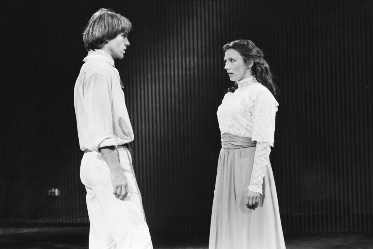 """Scene fra Nationaltheaterets oppsetning av Henrik Ibsens """"Kjærlighetens Komedie"""". Forestillingen hadde premiere 1. september 1980. Edith Roger hadde regi, og medvirkende var blant annet Merete Moen og Katja Medbøe som Svanhild og Svein Strula Hungnes som Falk."""