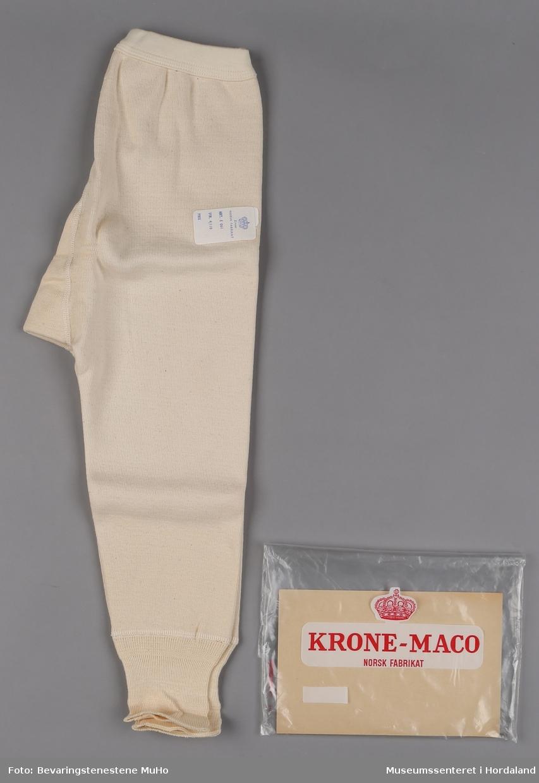 Bomullsstilongs (knelang) til barn med gylf. Str. 4/110. I åpna plastemballasje med pappplate.