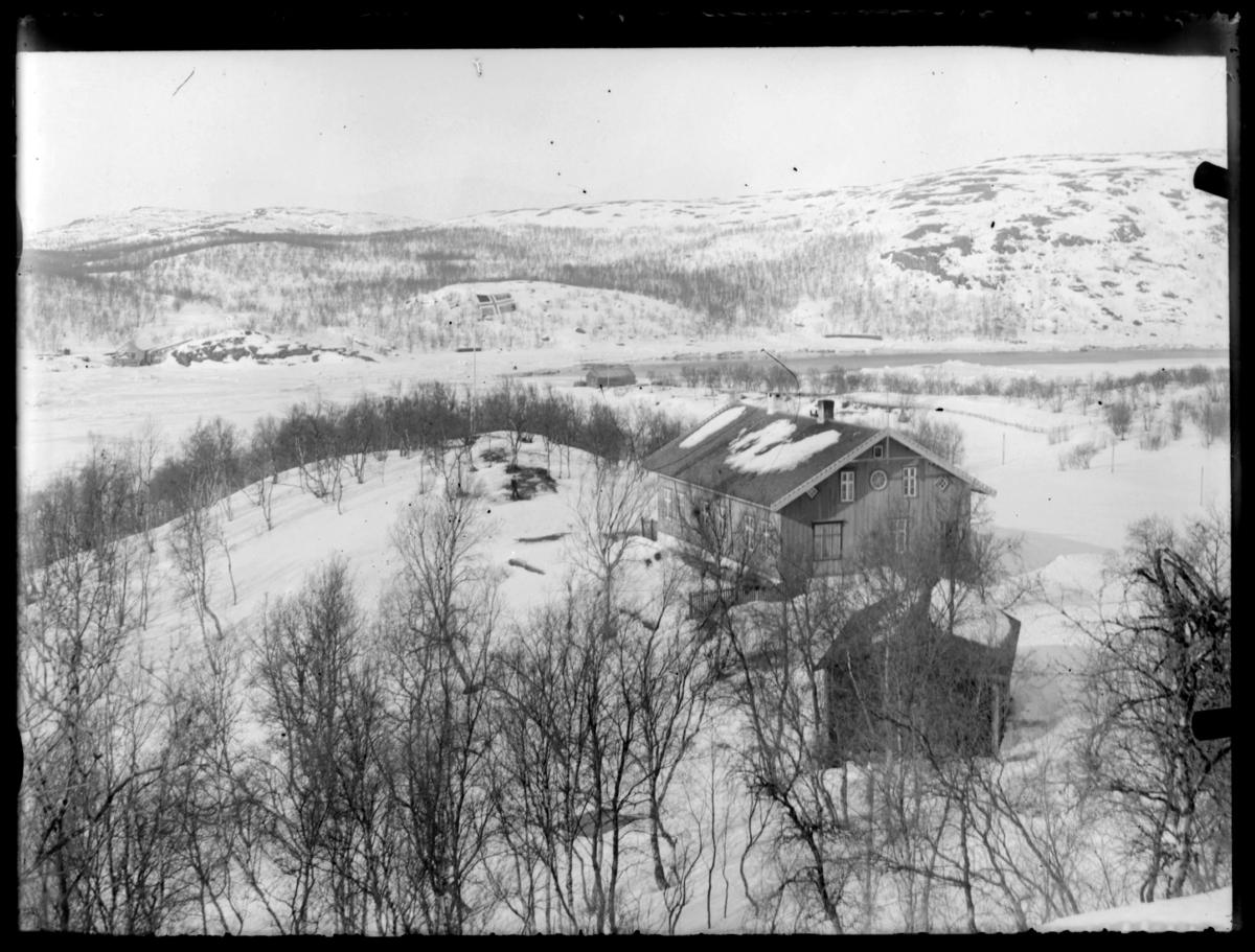 Skogforvalterboligen på Elvenes, fotografert før 1925 da arbeidet med hengebro over elva ble påbegynt. Bilde er tatt om vinteren. (Iformasjoner fra brev til Sør-Varanger kommune fra Statens Vegvesen, Vadsø av 8.5.81)