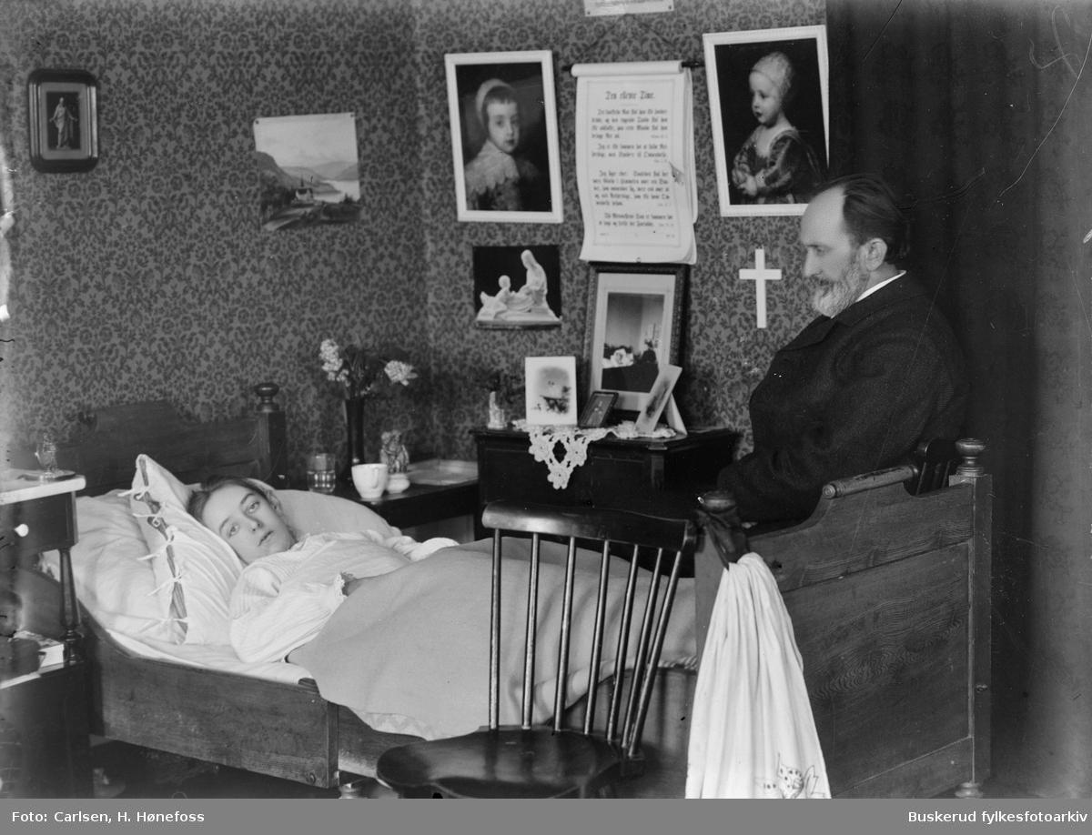 Frk Alsing. En pike ligger i sin seng.    datter av prest Alsing