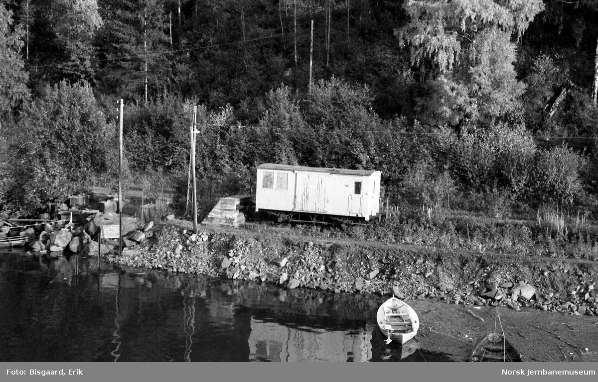 Godsvogn fra Rjukanbanen på stikkspor på Mæl stasjon, sett fra fergen