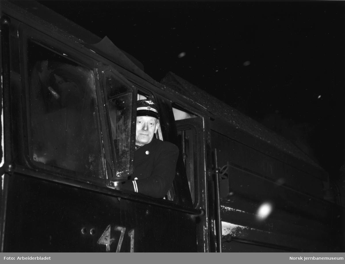 Lokfører i vinduet på damplokomotiv type 49c nr. 471