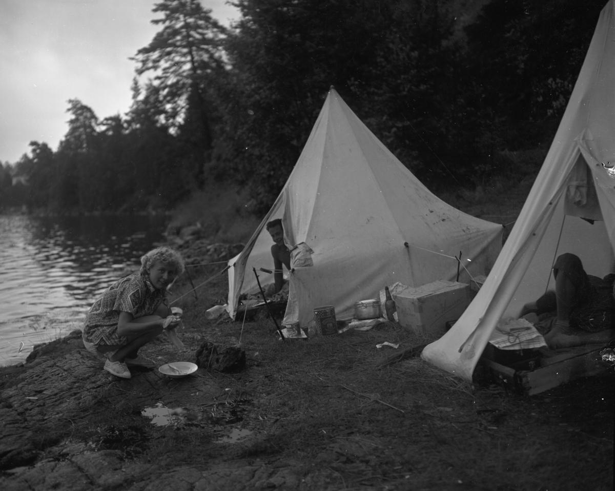 Vardens arkiv. Turister i telt, Kragerø 14.07.1953