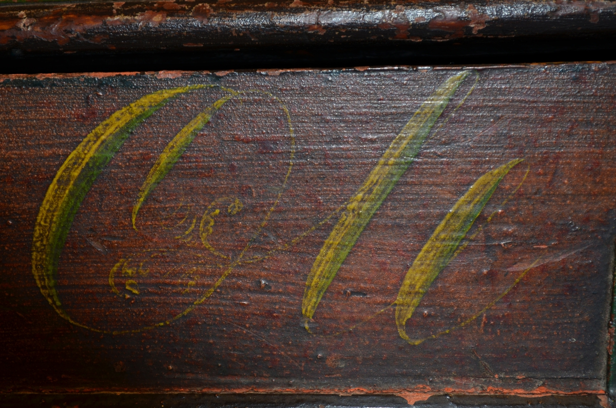 """Feleskrin av gran. Rødbrun brunfarge utvendig. Blågrønn innvendig. Lokket er uthulet av et trestykke. Skråner. Spor i forsidens ytterkant, fals på baksiden til feste for bunnen. Bunnen er festet til sidene med stifter og jernbeslag. Bunnnen har innvendig groper til felehode og lydkasse. Sidene på skrinet er laget av to trestykker, et stort og et lite tverrstykke. Stykkene er festet til hverandre med sinking. Skrinet er forsterket med jernbeslag bakerst. Ringer festet til kramper i hver kortende. Skrinet har lås, mangler nøkkel. Lite hull borret i hjørnet av tverrstykket.   På siden foran: """"Ole Tollevsen 1847"""" innskrevet. Beslagene og hjørnene er grønnmalt. låsskilt i brunfarge. På siden bak: Gul rosemaling på begge sider av beslagene og i hjørnet. Slitasje på undersiden.   Lokket er opphøyet. Det er festet til bunn med to jernbeslag. Lokket har utskåret akantus i hvitt, gult og grønt, innrammet av to profileringer i grønt, den ene langs lokkets kant, den andre midt på lokket. Profileringen midt på lokket er av samme form og avgrenser toppen som er flat."""