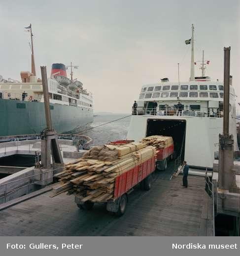 Göteborgs hamn. En lastbil kör på ett fartyg.