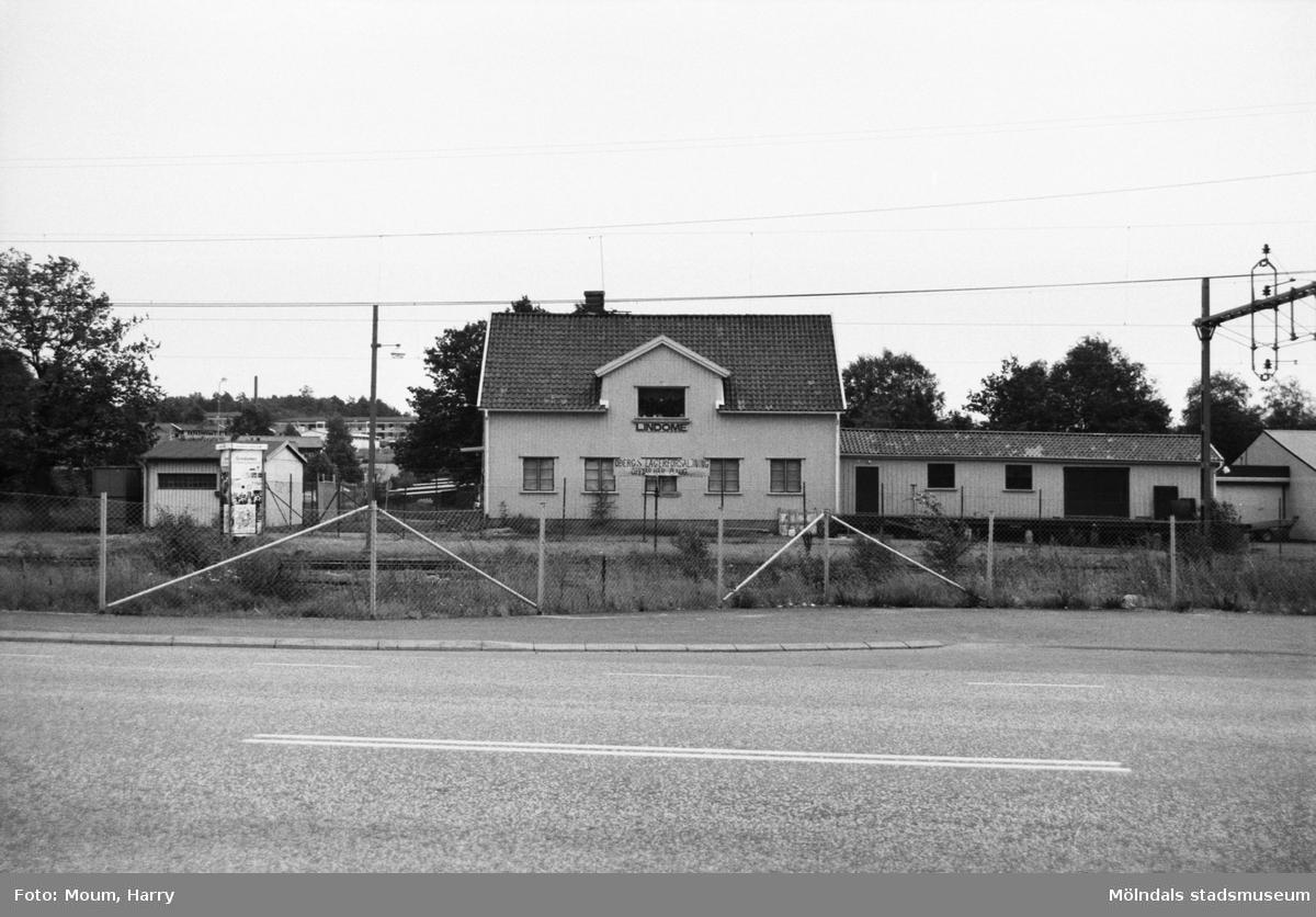 Klädaffären Öbergs Lagerförsäljning i stationshuset i Lindome, år 1983.  För mer information om bilden se under tilläggsinformation.