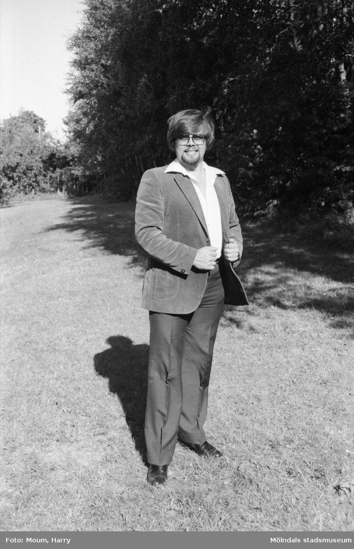 Lindome finska förening arrangerar utomhuskonsert i Sinntorp, Lindome, år 1983. Porträtt av operasångaren Alexsei Morozov.  För mer information om bilden se under tilläggsinformation.