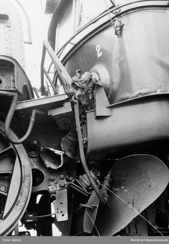 Skadde lokomotiver etter sammenstøt på Hjuksebø stasjon, elektriske lokomotiver El 11 2107 og El 1 - persontog støtte sammen med godstog som holdt på med skifting