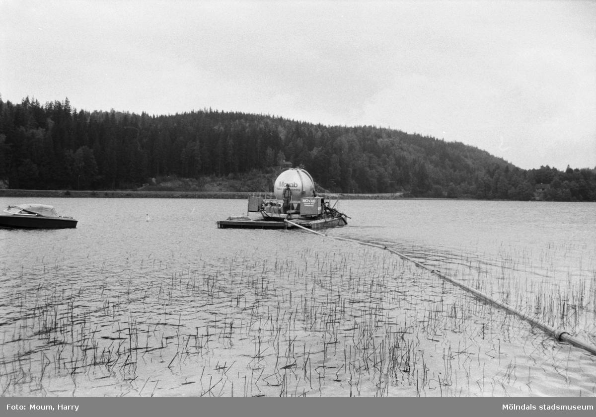 Movab AB utför kalkning av sjö, troligen i Mölndal, år 1983.  Fotografi taget av Harry Moum, HUM, Mölndals-Posten, vecka 36, år 1983.