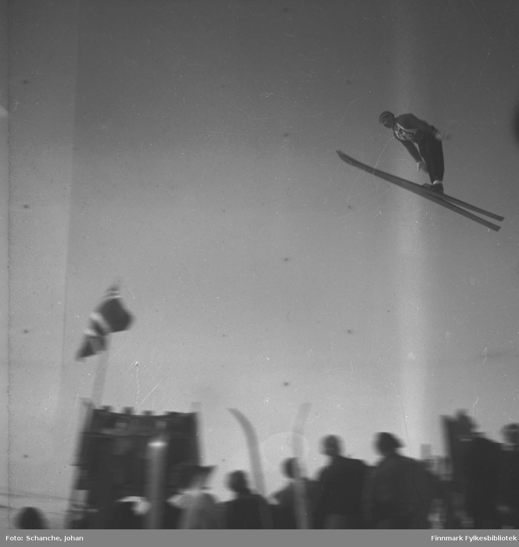 Kretsrennet på ski , Vadsø 1946. Harald Thunstad, Kirkenes hopper. Det står folk i bakken.
