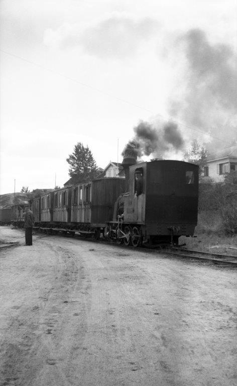 Blandet tog trukket av damplokomotiv nr. 2 Flaksvand på Lillesand stasjon på Lillesand-Flaksvandbanen.