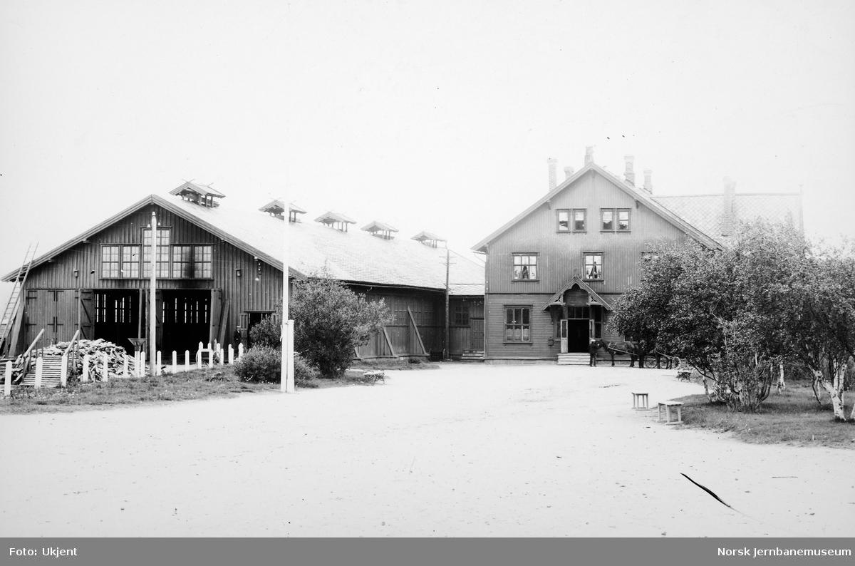 Røros stasjon med stasjonsbygningen og toghallen