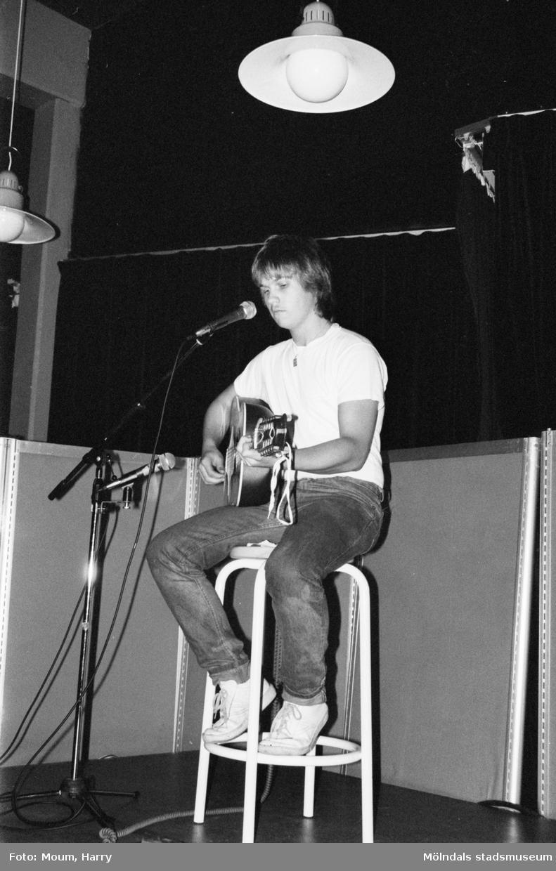 Cornelis Vreeswijk uppträder på Almåsgården i Lindome, år 1983. Anders Hellström på scen.  För mer information om bilden se under tilläggsinformation.