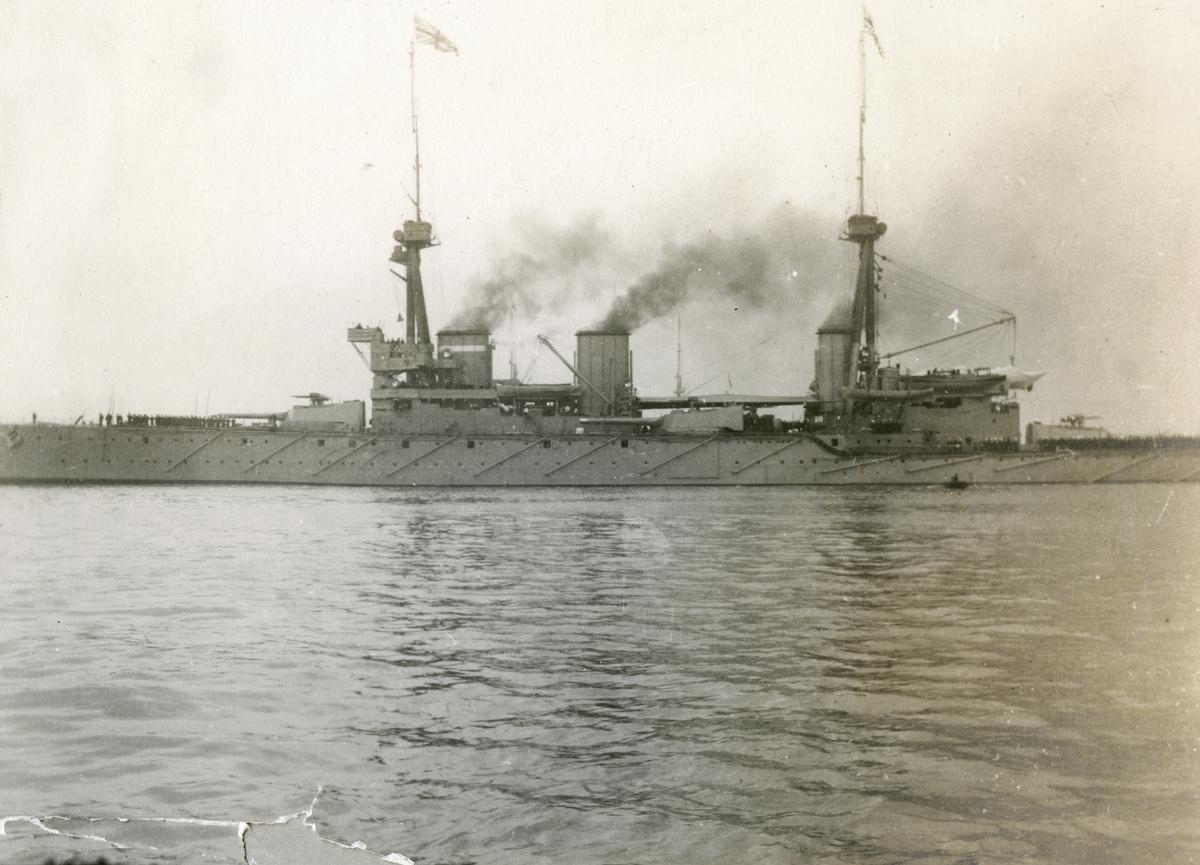 Brittiska örlogsfartyg. Vid Gibraltars redd. Den Brittiska slagkryssaren HMS Inflexible, byggd 1908
