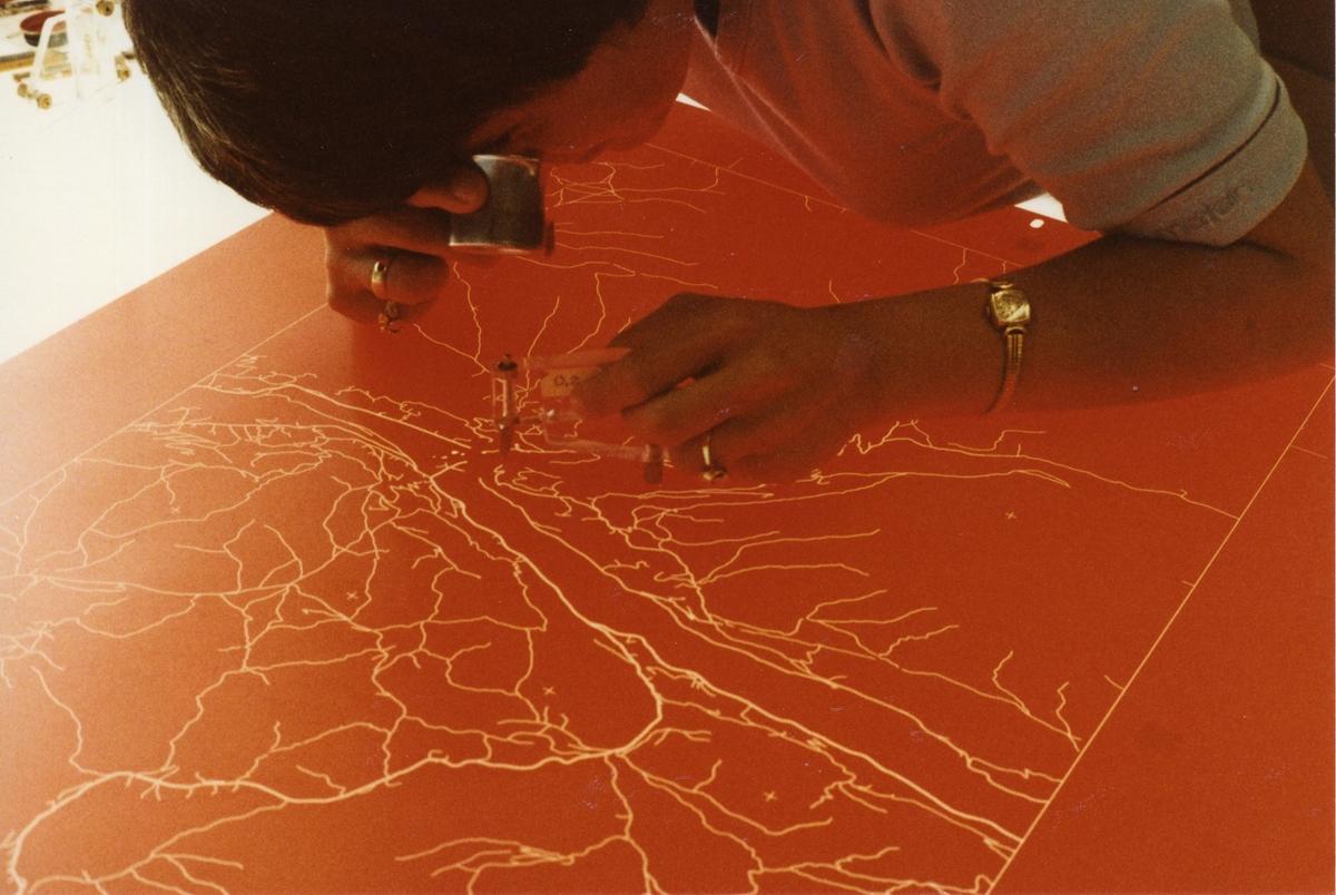 GRAFIKERgruppen: Gravyre av veier i Stabilene-folie. Kartgrafiker Marit Kristiansen