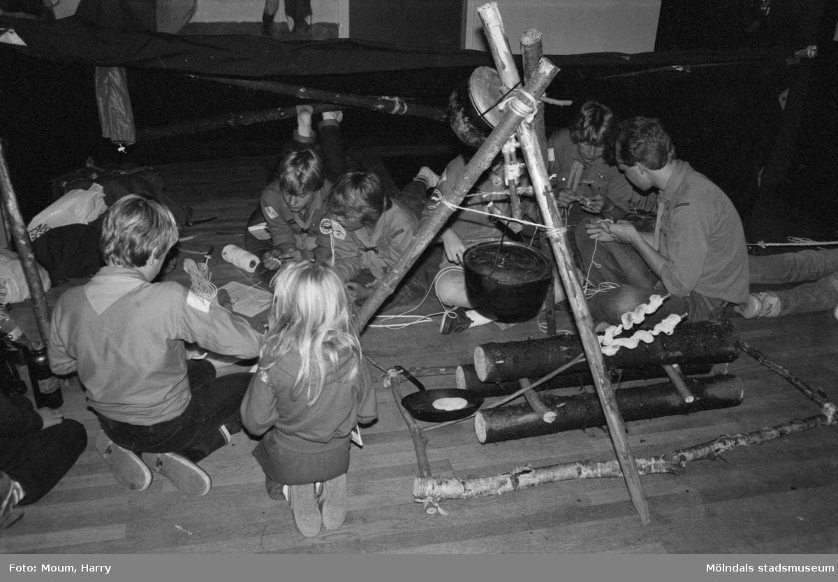 Föreningarnas dag på Almåsgården i Lindome, år 1983. Annestorpsdalens scoutkår.  För mer information om bilden se under tilläggsinformation.