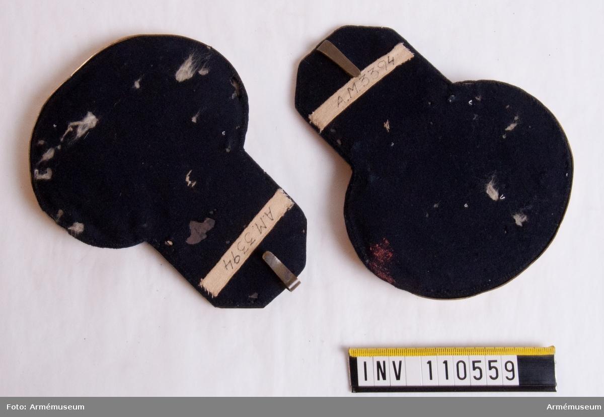 Grupp C:I. Bestående av: vapenrock med epålettsleifer, käppi m/1858 med fjäderplym, vit byxor med guldgaloner, epåletter, skärp, halsduk.
