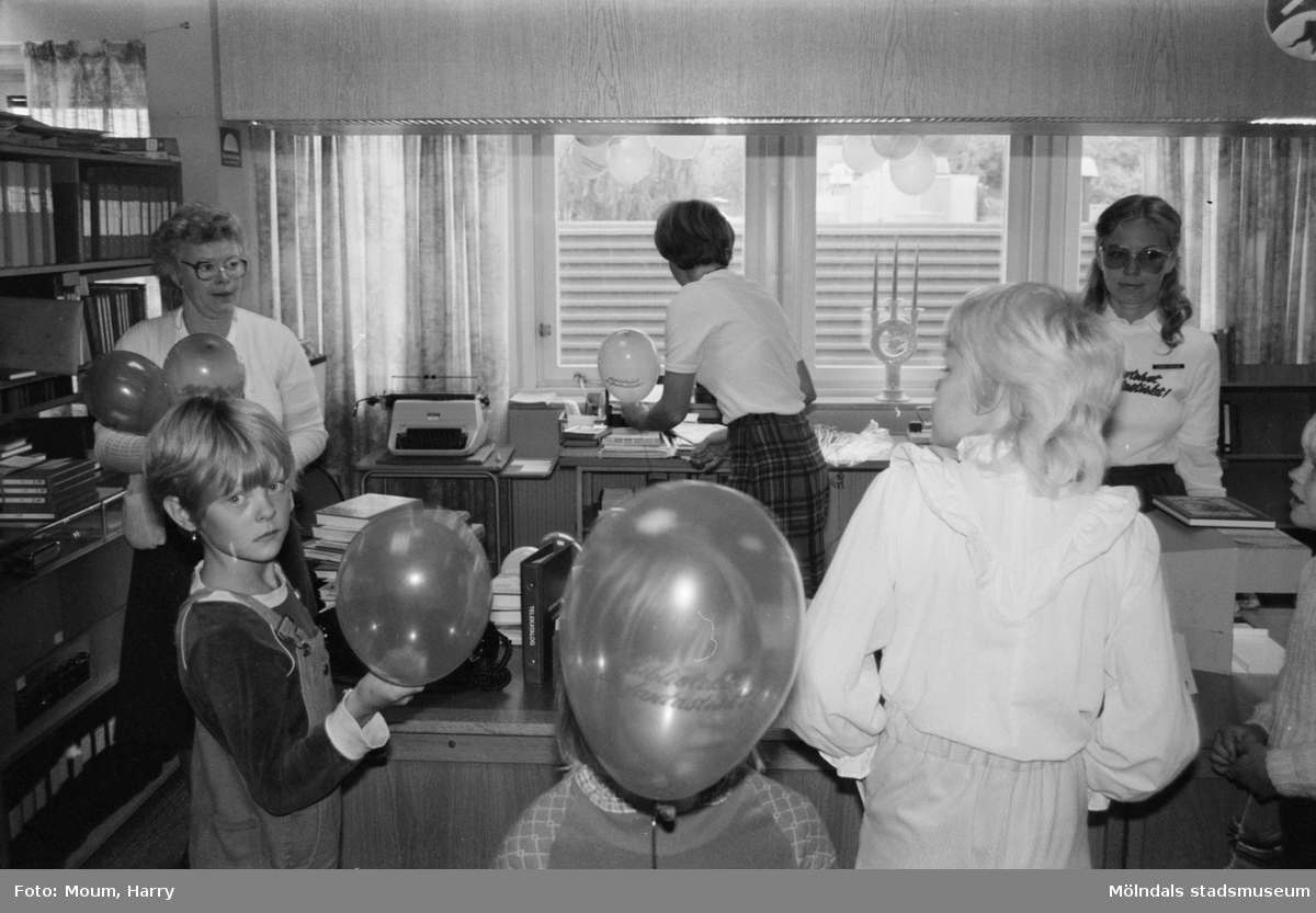 Verksamhet på Kållereds bibliotek, år 1983.  För mer information om bilden se under tilläggsinformation.