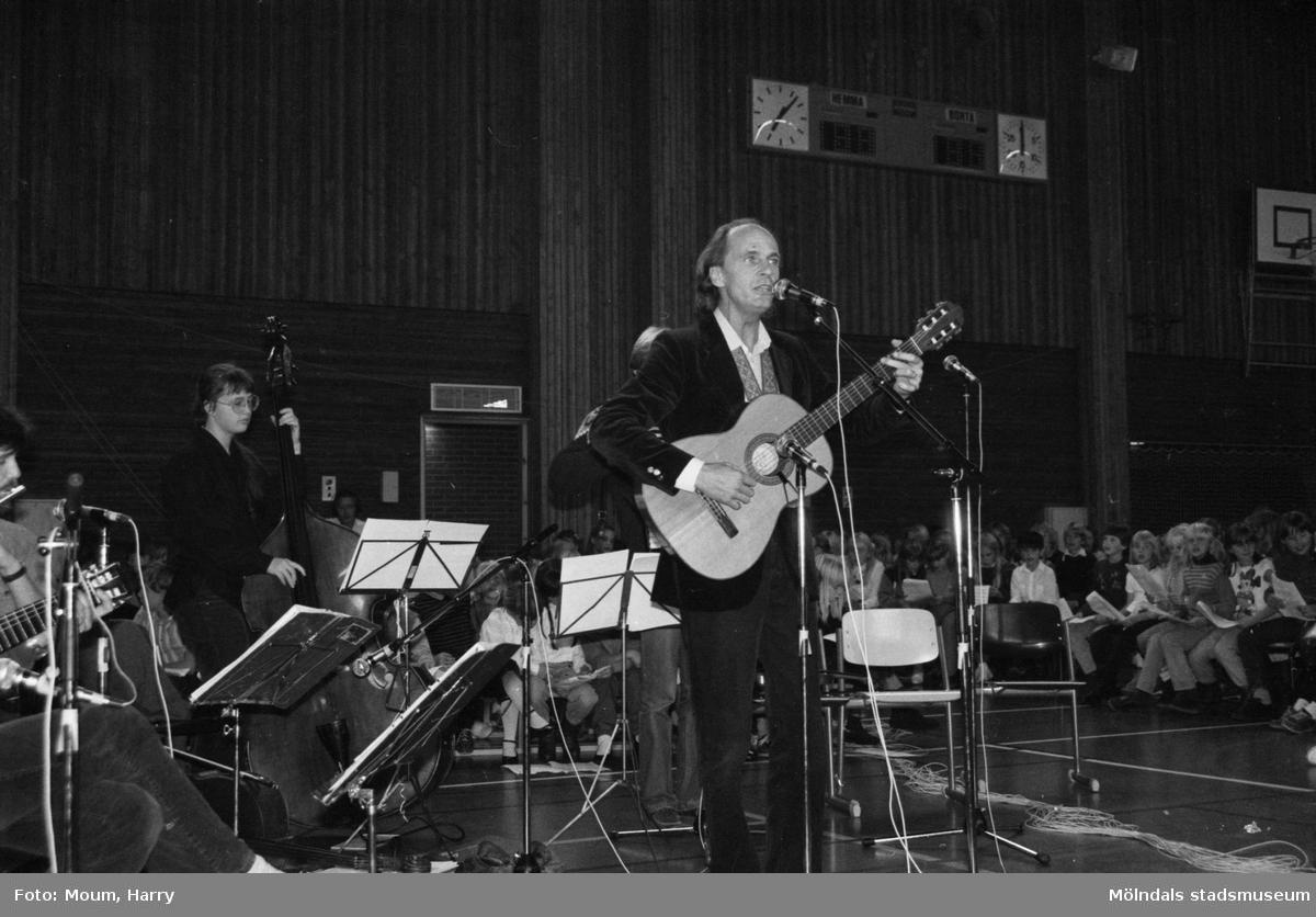 Vissångaren Alf Hambe uppträder på Ekenskolan i Kållered, år 1983.  För mer information om bilden se under tilläggsinformation.