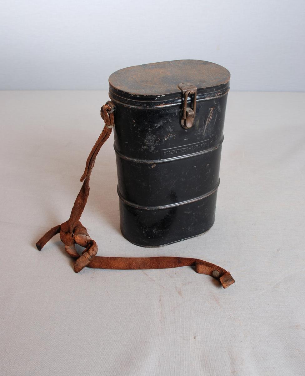 Gassmaske med filter i metallbeholder. Beholderen er oval med lukking på toppen. Lærreim på siden